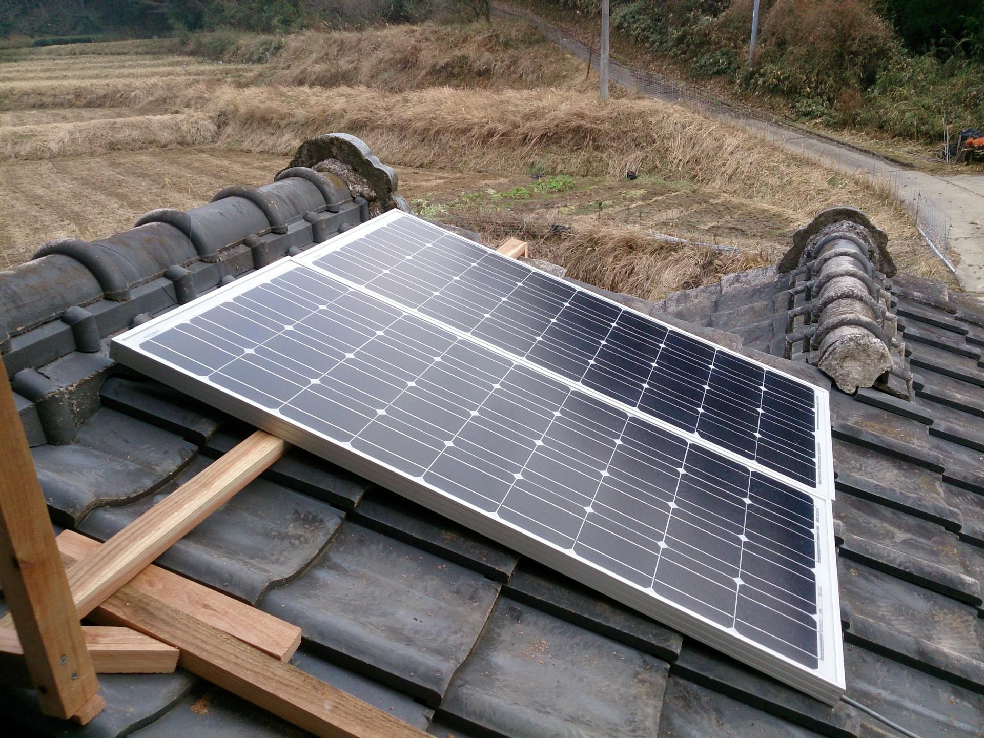 よーやく屋根にソーラーパネル設置しました